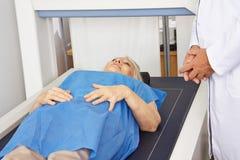Hög kvinna under maskinen för bentäthetmätning royaltyfria foton