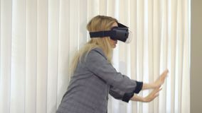 Hög kvinnaarkitekt eller klient som använder vrexponeringsglas för att föreställa eller planlägga ett projektanseende i kontoret arkivfilmer