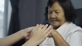 Hög kvinnahand och barn som rymmer händer arkivfilmer