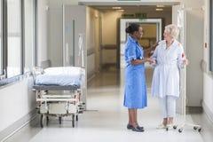 Hög kvinnlig patient och sjuksköterska i sjukhus royaltyfria foton