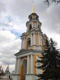 Hög kyrka med en tornspira fotografering för bildbyråer