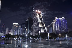 Hög-löneförhöjning byggnad i centrum på nattetid Arkivbilder
