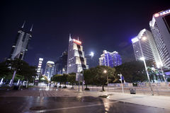 Hög-löneförhöjning byggnad i centrum på nattetid Royaltyfria Foton