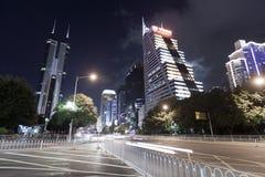 Hög-löneförhöjning byggnad i centrum på nattetid Arkivfoton