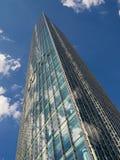 Hög löneförhöjning som bygger Skyper med reflekterande moln Royaltyfria Bilder