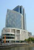Hög löneförhöjningbyggnad i mitten av Singapore royaltyfri bild