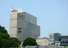 Hög löneförhöjningbyggnad i mitten av Singapore fotografering för bildbyråer