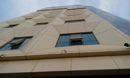Hög löneförhöjningbyggnad som har stora lägenheter med sikt för främre höjd arkivfoto