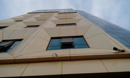 Hög löneförhöjningbyggnad som har stora lägenheter med sikt för främre höjd arkivbild