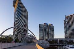 Hög löneförhöjningbyggnader och Webb bro Royaltyfri Bild