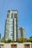 Hög löneförhöjninghyreshus i Vancouver på bakgrund för blå himmel Arkivbilder