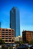 Hög löneförhöjningkontorsbyggnad Dallas Arkivfoton