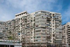 Hög löneförhöjninglägenhetskomplex med blå himmel Arkivbild