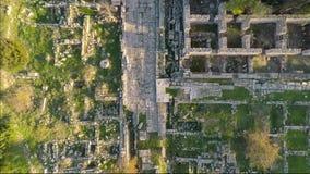 Hög landninghelikopter på grunden av den groteska kolonnen Den heliga vägen nära Apollo Temple i Didim, Turkiet Antenn 4k stock video
