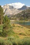 Hög landsRae Lake i den Kalifornien vildmarken arkivbilder