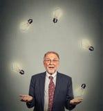Hög ledare för affärsman i dräkt som jonglerar att spela med ljusa kulor Arkivbilder