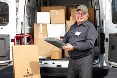 Hög leveransman med den near lastbilen för jordlott arkivfoto