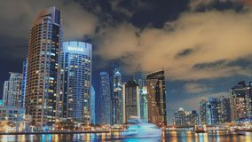 Hög ljus timelapse med fartyg i den Dubai marina lager videofilmer