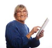 Hög lycklig kvinna som använder ipad Arkivbilder