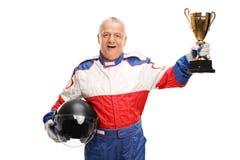 Hög mästare för springa för bil som rymmer en trofé royaltyfria foton