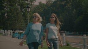 Hög mamma och dotter som tycker om fritid i natur stock video
