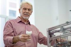 Hög man för upptakt som kontrollerar en modell som skapas med skrivaren 3D Royaltyfria Foton