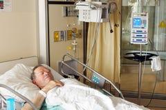 Hög man i sjukhussäng Royaltyfri Foto