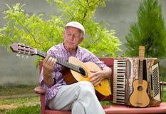 Hög man med gitarren royaltyfri foto