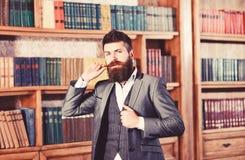 Hög man med långt skägganseende i en librar tappning royaltyfri foto