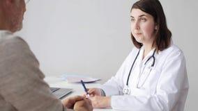 Hög man och doktorsmöte på sjukhus 54 lager videofilmer