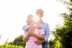 Hög man och kvinna som går handen - in - hand Arkivfoto
