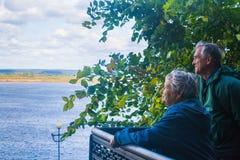 Hög man och kvinna som ser floden Kama (Tatarstan, Russi Fotografering för Bildbyråer