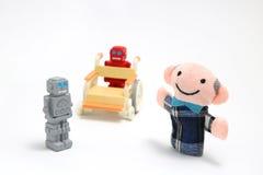 Hög man och robotar med rullstolen på vit bakgrund Sjukvårdomsorg och robotassistentbegrepp Royaltyfri Foto