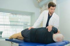 Hög man på physio terapi royaltyfria foton