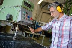 Hög man som aktiverar spakfabriksmaskinen Royaltyfria Foton