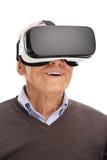 Hög man som använder en VR-hörlurar med mikrofon Royaltyfri Foto
