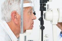 Hög man som får hans hornhinna kontrollerad Arkivfoto
