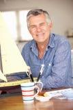Hög man som gör en model ship Fotografering för Bildbyråer