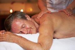 Hög man som har massage i Spa arkivbild