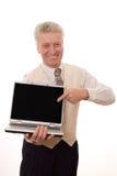 Hög man som rymmer en bärbar dator Royaltyfri Fotografi