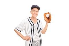 Hög man som rymmer en baseball Royaltyfri Fotografi