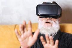 Hög man som testar VR-apparaten royaltyfri fotografi
