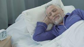 Hög man som upp vaknar aktivt och fullt av energi efter bekväm sund sömn stock video