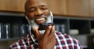 Hög manlig ledare som talar på mobiltelefonen 4k arkivfilmer