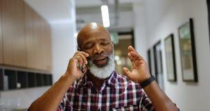 Hög manlig ledare som talar på mobiltelefonen 4k lager videofilmer