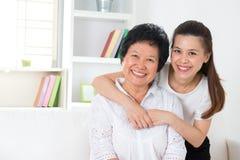 Hög moder och dotter. royaltyfri fotografi