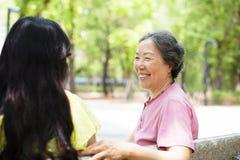 hög moder som talar med dottern arkivfoto