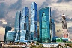 hög modern stigning för byggnadsgrupp royaltyfri bild