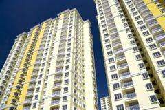 hög modern stigning för lägenheter arkivbild
