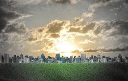 hög moscow för byggnadsstadsafton stigning Byggnader och fält för grönt gräs Arkivfoton